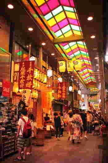 """河原町駅から徒歩4分、寺町通りと高倉通りを結ぶように通っているのが、""""京都の台所""""とも言われる【錦市場】です。約400mにも及ぶアーケードには、食べ歩きにぴったりの美味しいお店がたくさん軒を連ねています。"""