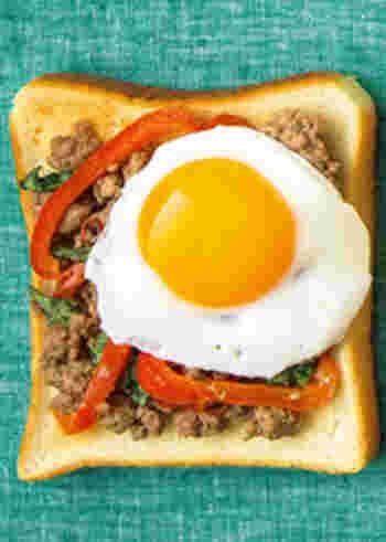 ガパオライスならぬガパオトースト。ナンプラーで炒めたひき肉はトーストとの相性も抜群です。プルップルの半熟の卵焼きを乗せて贅沢に召し上がってみてくださいね!