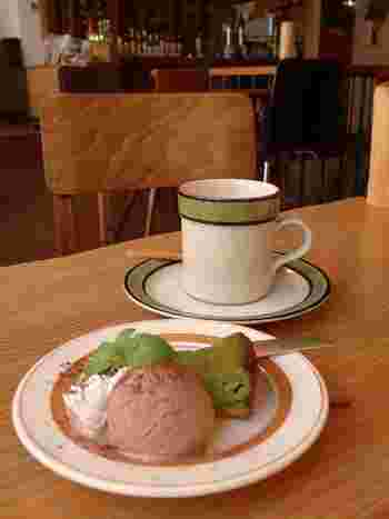 スイーツやドリンクも充実しています。  コーヒーは注文してから豆を挽いてくれるという徹底ぶり。最後まで味わい、のんびりしたいお店です。