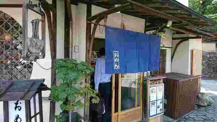 銀閣寺に本店のある「おめん」は、上州伊勢崎が起源のうどん店。京都で店を開いて半世紀になる老舗店です。