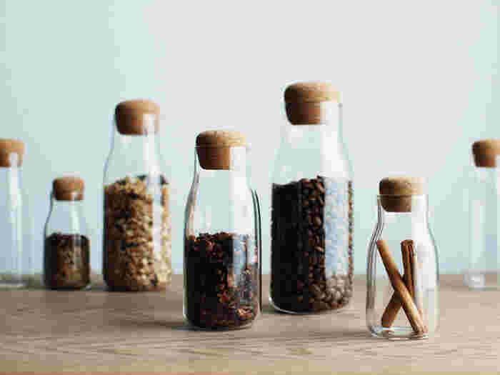 丸みを帯びたコルク栓がとってもかわいいガラス瓶。コーヒー豆やグラノーラなど、よく使う食材を入れておくのにおすすめです。見せる収納にしたい時にぴったりですね。
