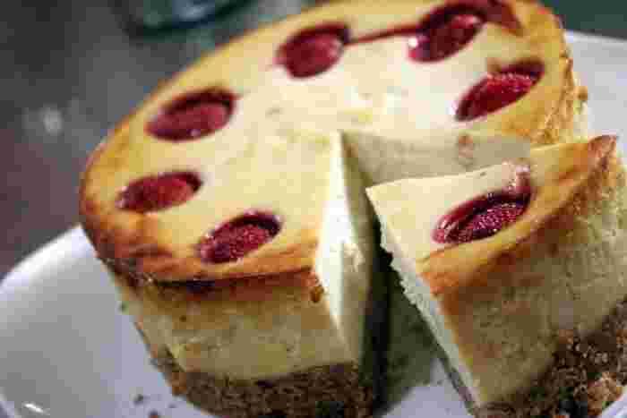 人気スイーツランキングの上位をキープし続けるチーズケーキもヴィーガン仕様に作れます。秘密は「お豆腐」と「白味噌」。クリームチーズを使わなくても、しっとりとしたケーキに仕上がるのがうれしいですね!