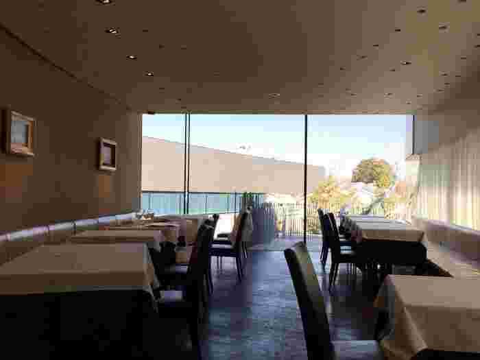 1階には、隣接する昭和の森を眺められるイタリアンレストラン「はなう」があります。40席ほどの店内は、いつも大勢のお客さんでにぎわっているので、予約しておくとスムーズです。