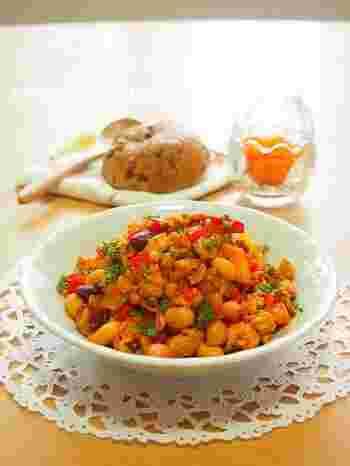 フライパン一つで炒めるだけで作れる、煮込まないポークビーンズ。レモン汁でさっぱり仕上げているので、暑い季節にも食べやすい一品です。 お肉も大豆もお野菜も取れる栄養満点のレシピは、常備菜にもオススメ!