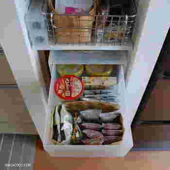ティーパックやレトルト食品の袋をそのまま収納ケースに入れると、引き出す度にバラバラに。収納ケース内で種類別に分けてカゴに入れると、きちんと整理されてストックも把握しやすくなります。