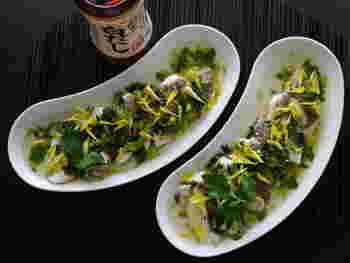 淡白で旨みが深い鯛に三つ葉と菊で香りで彩りを加えた上品なレシピ。本格的な和食レシピに見えますが、作り方は意外と簡単です。初秋のお祝いごとにもぴったりですね。