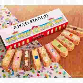 エール・エルの「東京駅限定ワッフル」です。箱に描かれたPOPな東京駅限定のデザインが愛らしいですね。中にはカラフルな色合いのワッフルが入るので、蓋を開けた時に「かわいい!」と、言ってもらえるようなスイーツです。