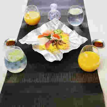 好きなかたちに変えることができるすずがみのうつわにグラスとお醤油さしをセットにしたパーティーにも使えるセットです。すずがみの大皿は立ち上がりを自分でつけることができるので、汁気のあるものでも美しく入れることができます。(32,800円)