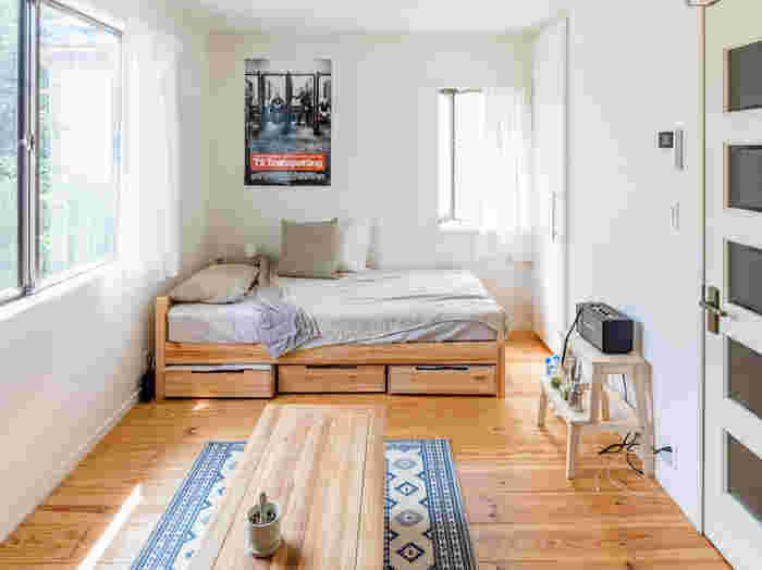 ベッド下の収納スペースも、除湿剤を入れたり除湿シートを敷いたりして、湿気がたまらないように気をつけましょう。出かけるときは引き出しを開けて換気するなど、こまめに行うのがベストです。  そしてシーツや布団カバーは、できるだけこまめに取り替えを。大きなものを干すのは大変かもしれませんが、コインランドリーの乾燥機なども利用して洗濯しましょう。