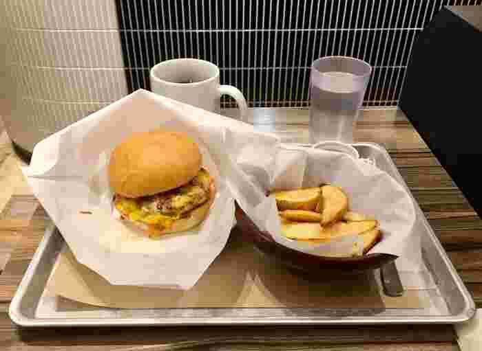 しっかり食べたい方は、ハンバーガーやライスボウルなどはいかがでしょうか。夕方にはディナータイムに切り替わり、メニューにアルコールが追加されるので、いろいろなシーンで利用できそうです。