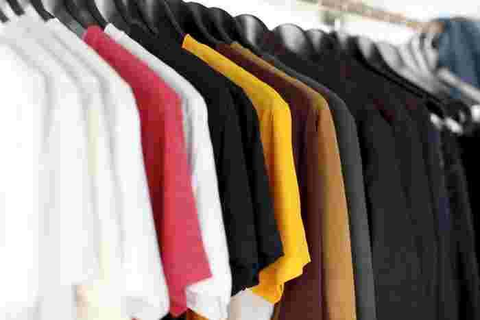 干すときは、洗濯バサミを使うとシワや痕が出やすいので、しっかり伸ばしてハンガーで干すようにしてください。またコットンは、染色性の高い素材で色落ちも起きやすいので、購入してから初めてお洗濯する際には、色分けをするように注意しましょう。