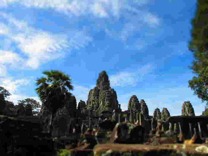クメール語で「大きな都市」という意味を持つアンコール・トムは、アンコール遺跡群の中でもアンコール・ワットと並ぶ規模を誇り、その名の通り、巨大な都市遺跡です。
