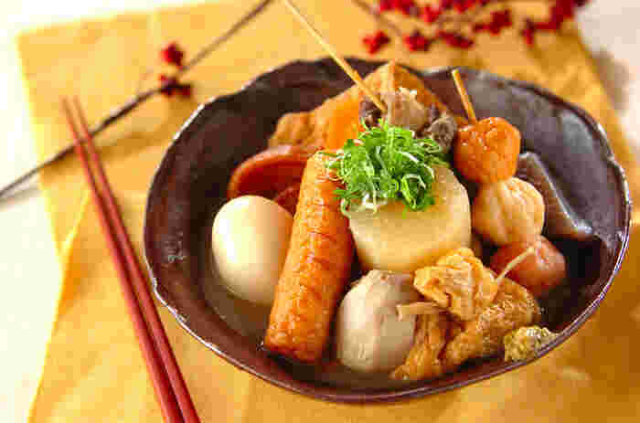 寒い季節が近づくとコンビニやスーパーで目に付くおでん。 おでんは様々な具材を長時間煮込んで食べますが、地域によって具材もだし汁も違って来たりします。早速おでんのレシピを見てみましょう♪