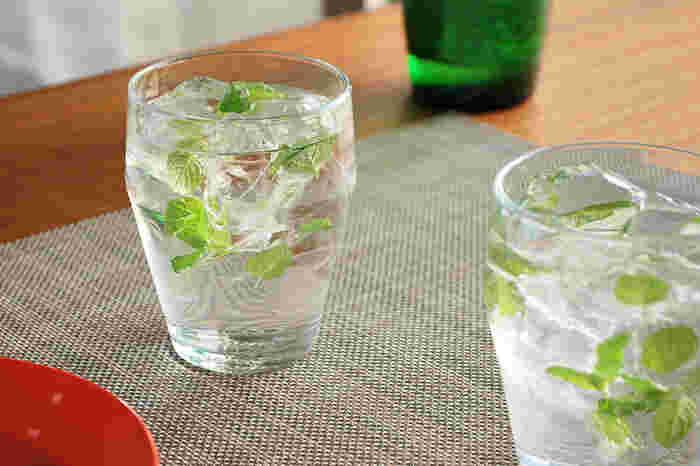 デザインハウス ストックホルムのティモグラスは優れたデザインだけではなく、耐熱ガラスなので熱い飲み物もそのまま入れることができる点が人気です。適度な厚みと重みがあり、安定性にも優れています。