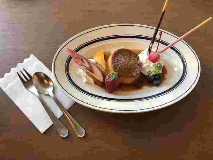 カレーが有名なカフェですが、スイーツメニューも豊富です。プリンアラモードは、リンゴやイチゴなどのフルーツに生クリーム、ポッキーまでトッピングされていて、盛りだくさんです。硬めのプリンが懐かしい味わいですよ。