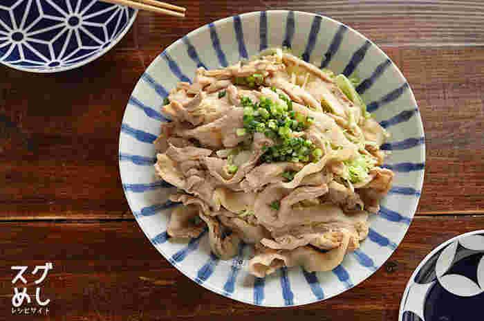 がっつり肉を食べたい!と同時に野菜もとりたい!しかも手早く簡単に作りたい!そんなときに活躍してくれそうなレシピがこちらの「豚バラキャベツのうまだれレンジ蒸し」。耐熱ボウルとレンジで所要たったの10分。食材も豚バラ薄切り肉とキャベツがあれば簡単に作れるので、肉を冷凍保存しておくといざという時に役立ってくれそう。