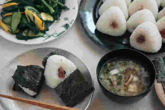 1日を元気に過ごすためには、栄養バランスとともに「食材」を使い分けることも大事なポイントです。東洋医学では野菜・肉・魚・果物などすべての食品を、体を温める「陽性」の食べものと体を冷やす「陰性」の食べもの、そのどちらにも属さない「中庸」の食べものに分けているのをご存知ですか?それぞれの食品を上手に使い分けることで、冷え改善にもつながるそうですよ◎。