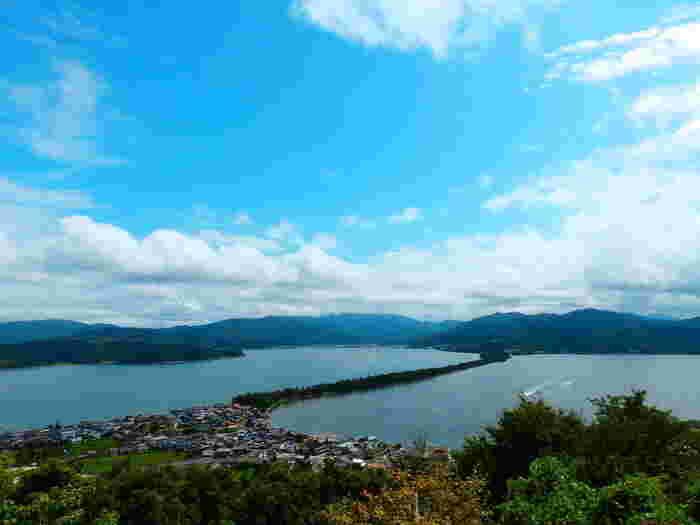 日本三景のひとつとして有名な「天橋立」。京都市内から足を延ばして北部にいくと絶景を望めるということで日帰りの人気スポットになっています。天橋立ビューランドから見ることができ、天に舞い上がる龍のように見えることから『飛龍観』と呼ばれています。また、こちらでの眺め方で有名なのが「股のぞき」。そうすることで天地が逆さになり龍が天へ舞い上がる姿を目にすることができます。実際に体験してみてくださいね。