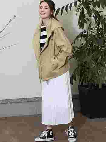 軽やかなデザインが魅力の「プリーツスカート」は、スポーツMIXコーデに女性らしさをプラスしてくれます。やわらかいベージュのマウンテンパーカーと、清楚な白のプリーツスカートの組合せが上品な雰囲気ですね。