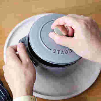 ちょっと珍しいもので、12cmのストウブ鍋。土鍋ではありませんが、一人用としてちょっと湯豆腐が食べたいなと思う時にちょうど良い大きさです。