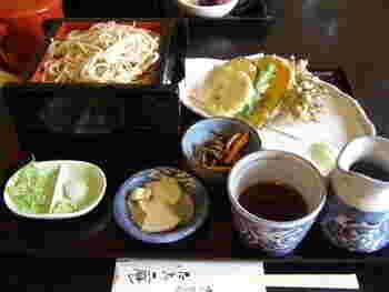 季節の天ぷらとおそばを味わえるメニューのほか、自慢のおそばに生ゆばをかけたゆば蕎麦もここでしか味わえない一品です。