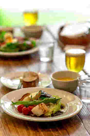 そんなくつろげるカフェでは、温野菜サラダ、ハンバーグ、シチューなどのしっかりとした食事メニューや