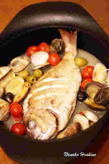 豪華でおいしくて、しかもヘルシーなアクアパッツァは、イタリアンの中でも人気の高い料理ですね。まるごと1尾の真鯛をはじめ、あさりなど海の恵みがたっぷりのアクアパッツァは、シンプルな調理法だからこそ、魚介のだしが存分に味わえるのも魅力です。