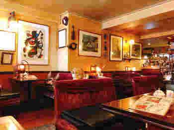 新宿三丁目にある人気の喫茶店です。温かみのある照明とエンジ色のソファーで、アットホームにゆっくりとくつろげます。