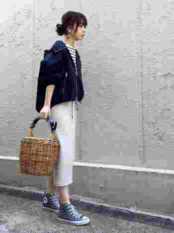 フードつきZIPブルゾンは、女性らしいシルエットでカジュアルすぎないので、上品にカジュアルダウンができます。短め丈には、タイトスカートと合わせるのが正解◎