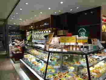 JR東京駅の八重洲地下中央改札口から徒歩約1分、東京駅一番街のB1F 北通りにある「京橋千疋屋 東京駅一番街店」。他にも東京駅周辺には、京橋本店、丸ビル店、大丸東京B1 ショップ、大丸東京3F パーラー、東京駅グランスタ店があります。