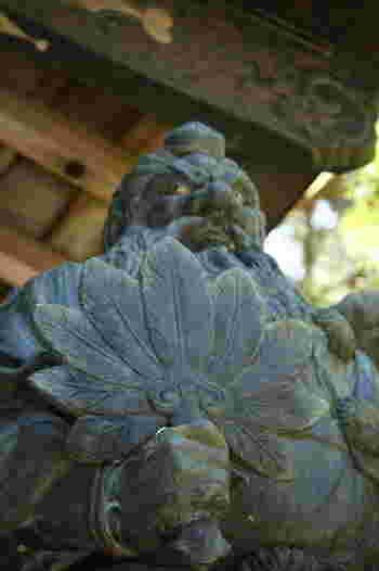 天狗にまつわるエピソードを有し、境内には天狗の銅像や天狗の高下駄などが飾られています。
