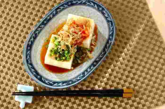 炒ったチリメンジャコはカリカリの食感が美味しくて、やわらかなお豆腐の良いアクセントになります。キムチをたっぷりとトッピングすると食慾をそそりますね。