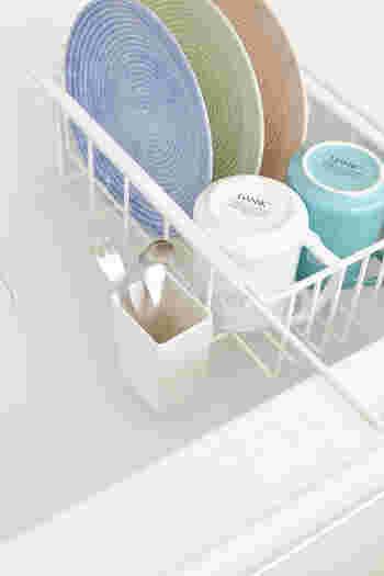 洗った食器をそのまま置いておける水切りカゴはとても便利ですが、狭いキッチンを圧迫してしまうアイテムのひとつでもあります。