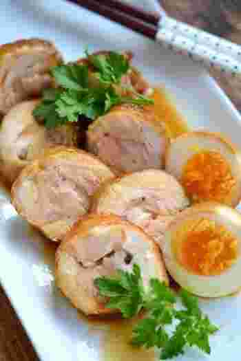 前日から作り置きするとさらに美味しい「鶏チャーシュー」。味付け玉子と一緒にこちらも大皿に盛り付けると、豪華な一品になります。