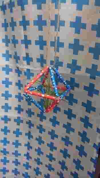 こちらは100均の紙ストローと麻ヒモで作ったエアプランツホルダー。