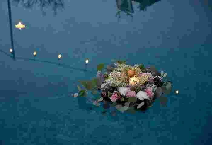 プールやちょっとした噴水のような水辺のある会場には、浮かべて飾るディスプレイがおすすめ。一緒にキャンドルも浮かべるとよりロマンティック!