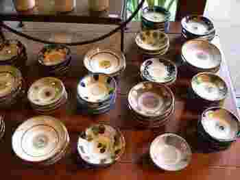 広々とした日本家屋を使った店舗には、陶磁器を中心に吹きガラス、織物、編み籠、真鍮製品、木製品と日本全国の様々な工芸品が並べられています。飛び鉋が美しい小鹿田焼が欲しいときはこちらのお店がおすすめです。