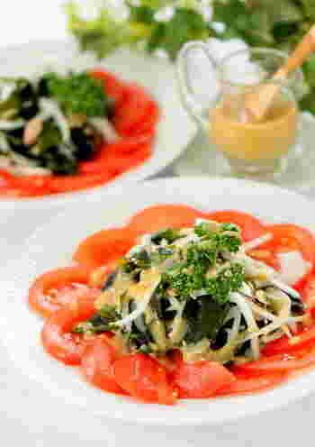春の食材、新たまねぎと合わせて春サラダに。トマトの甘酸っぱさがいいアクセントになっています。