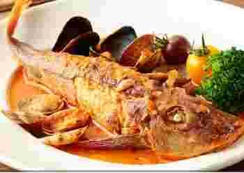 食材は八ヶ岳高原から仕入れる無農薬野菜や、全国・全世界から厳選した肉や魚もなど、こだわりの品々。素朴だけど味わい深い煮込みなどの肉料理や、その日仕入れた新鮮な魚で作る「本日のお魚」料理、生牡蠣などスパークリングやキリッと冷えた白ワインによく合う魚介類もオススメです。