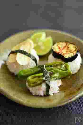 梅酢を混ぜたごはんに焼き野菜を乗せた一風変わったお寿司。魚介ではなくお野菜を乗せるので、ベジタリアンの方にも最適です。梅酢の香りと野菜の食感を楽しめる、ちょっとおしゃれな一品でおもてなしにもぴったり。