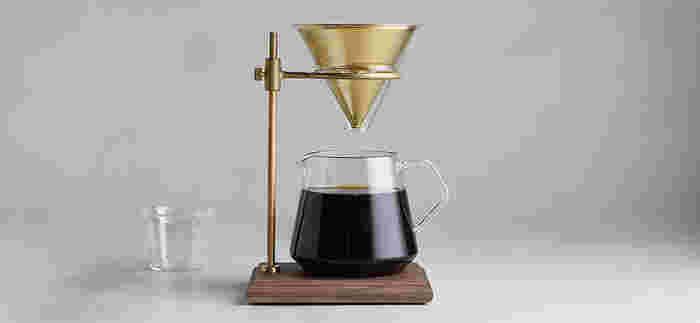 まるで理科の実験道具のように削ぎ落した美しさを感じるコーヒーウェアは、一滴ずつ最良のコーヒーを抽出するために使いたい極上のアイテムです。コーヒー好きのご夫婦にプレゼントしたくなる逸品です。(16,200円)