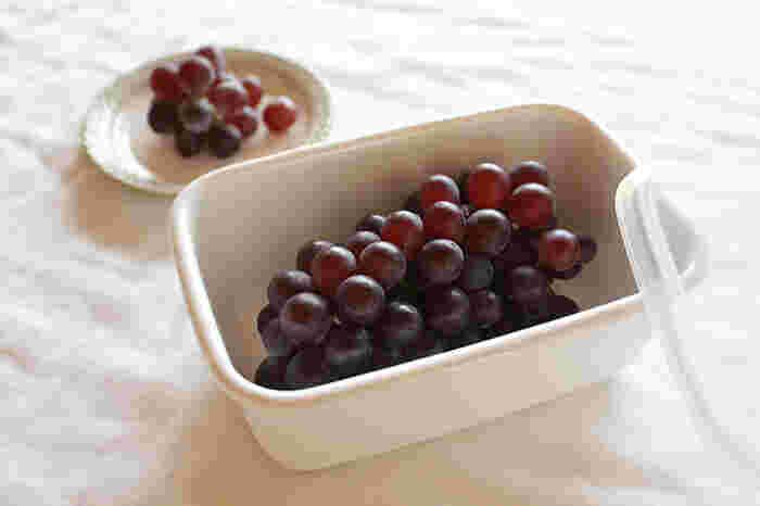 長方形の深さのある保存容器は、容量もたっぷりあり、煮物など汁気のあるおかずを保存するのにぴったり。果物を入れたり、ネギなどを適当な長さに切って入れるのにも適しています。