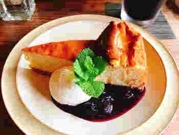 cafe sotoでは喫茶メニューも豊富に用意されています。新鮮な生クリームとフルーツソースがたっぷりとかかったチーズケーキをいただきながら、のんびりと過ごしてみてはいかがでしょうか。
