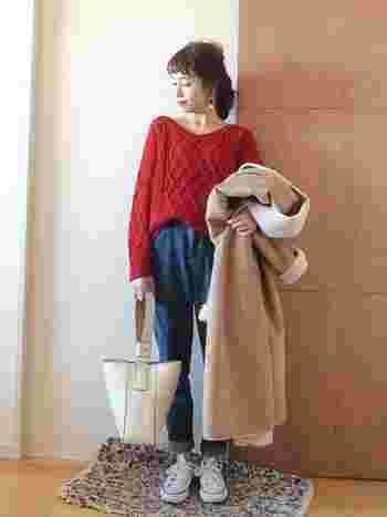首元が開いた赤のケーブル編みVネックニットは、デニム×スニーカーと合わせても丁度いい女っぽさが残ります。優しい質感のボアコートと合わせて、こなれ感を演出。