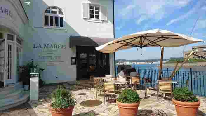 地中海沿岸に佇んでいるような海辺のフレンチレストラン「ラ・マーレ」。真っ白い外壁が新しい印象を受けますが、40年以上も続く老舗の風格です。