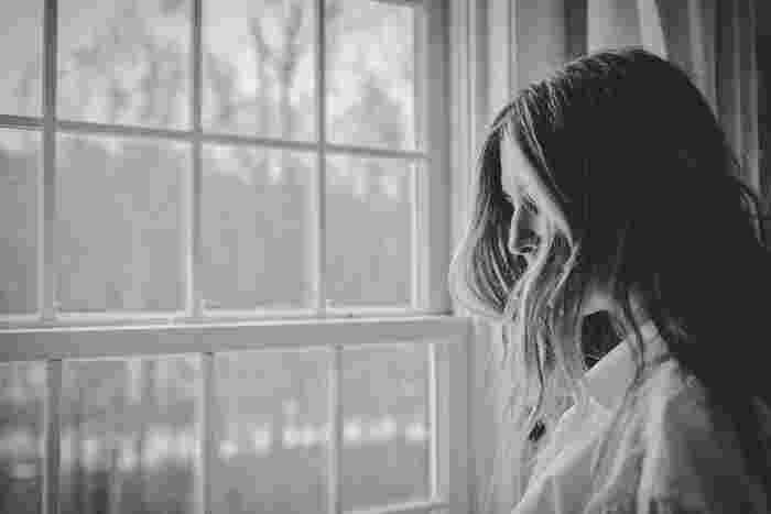 """繊細な性格は、外の世界だけでなく自分に対しても敏感に働いてしまうもの。例えばどうしても苦手でできないことがあると、「自分はだめだ」と落ち込んで自分を責めてしまうことってありますよね。""""繊細さん""""はこの落ち込みが人一倍強かったりします。"""