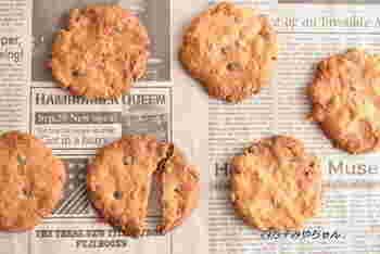 チョコチップの甘みとポテトチップスのしょっぱさが絶妙にマッチするクッキーです。生地はホットケーキミックスを使っているので、簡単に作れます。ちょっと小腹が空いたときにつまめるように、たくさん焼いておくといいかもしれませんね。