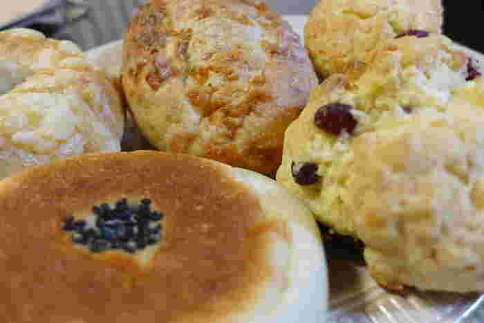 人気のベーグルはもっちり・しっとりとした食感で、午前中には売り切れてしまうとのことで、お早目の来店をおすすめします。ベーグルの他にも、手作りのあんこがたっぷり詰まった「あんバタ」やスコーンなど、甘いもの系のパンも充実しています。