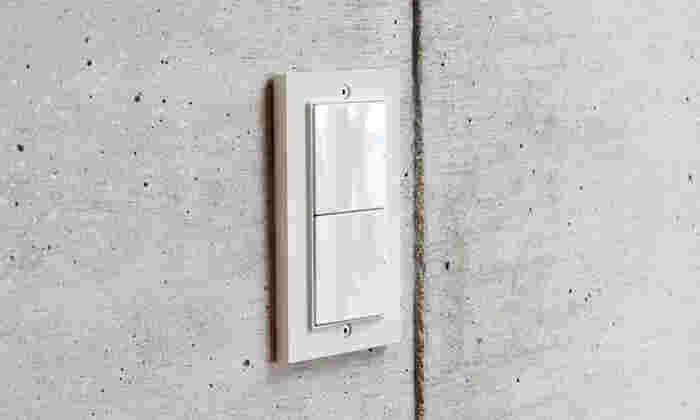 一見シンプルだけれども、角張ったスマートなスイッチカバーは、よくあるカバーと比べると違いが分かりますよね。絶妙な色合いも、ありそうで無かったシンプルなカバー。