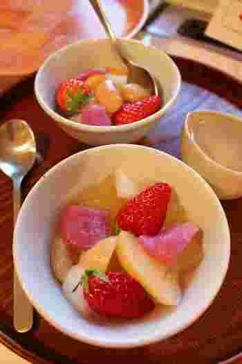 求肥や寒天を入れて、和風フルーツポンチ。いちごや桃などフルーツ以外の食感も楽しめる一品です。